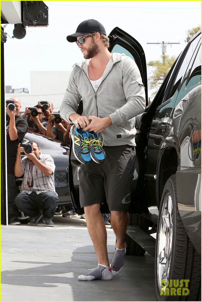liam hemsworth goes shoeless at the gym 082843262