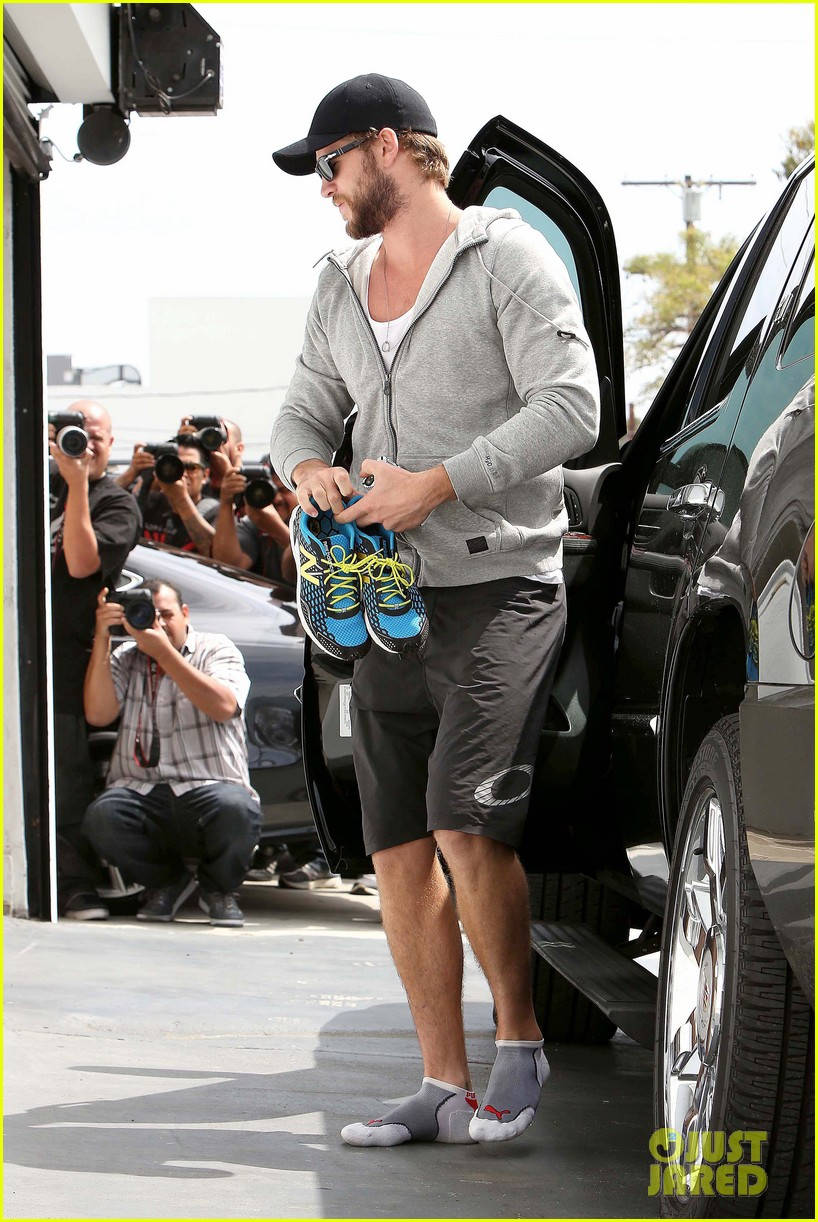 liam hemsworth goes shoeless at the gym 10