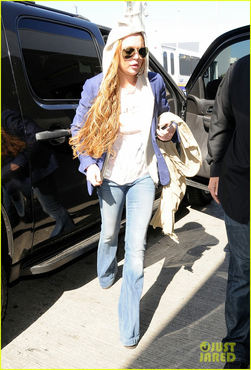 lindsay lohan departs lax airport with sister aliana 082853060