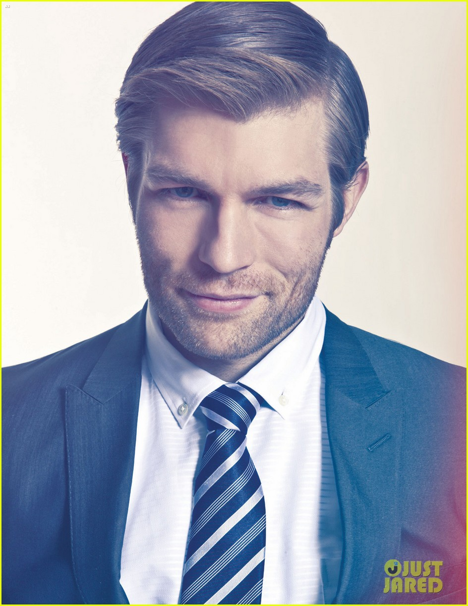 liam mcintyre suits up for da man magazine feature 012844665