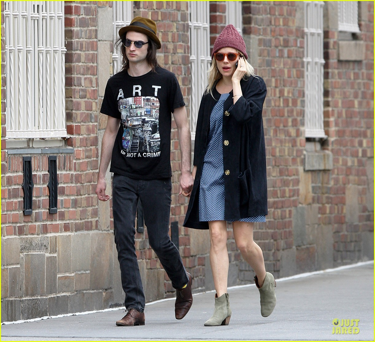 sienna miller tom sturridge burberry campaign couple 302854102