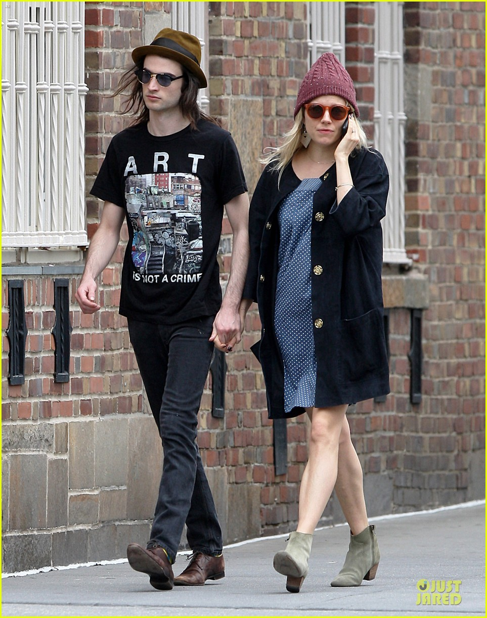 sienna miller tom sturridge burberry campaign couple 352854107