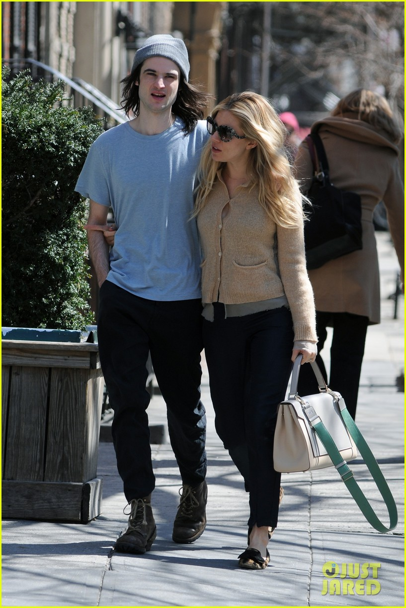 sienna miller tom sturridge west village lunch lovebirds 052843139