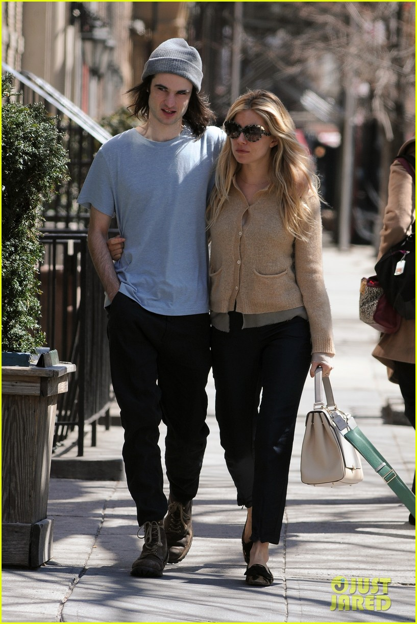 sienna miller tom sturridge west village lunch lovebirds 06