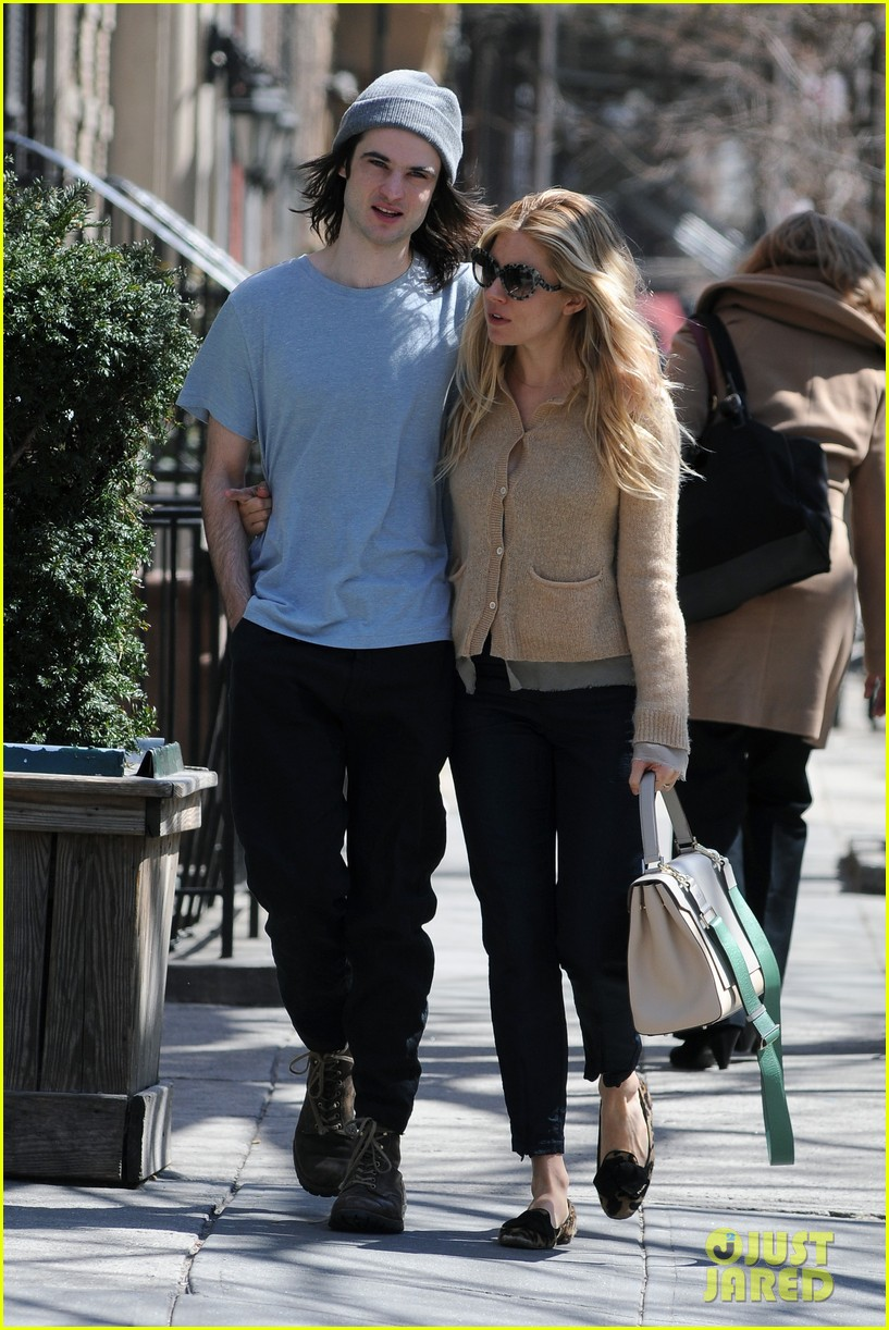 sienna miller tom sturridge west village lunch lovebirds 092843143