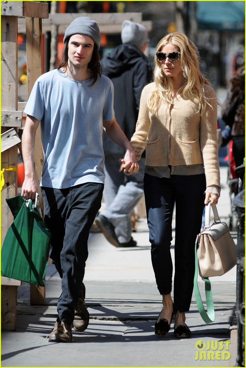 sienna miller tom sturridge west village lunch lovebirds 18