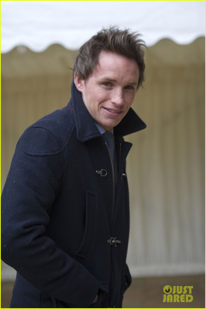 carey mulligan eddie redmayne meet queen at film reception 07