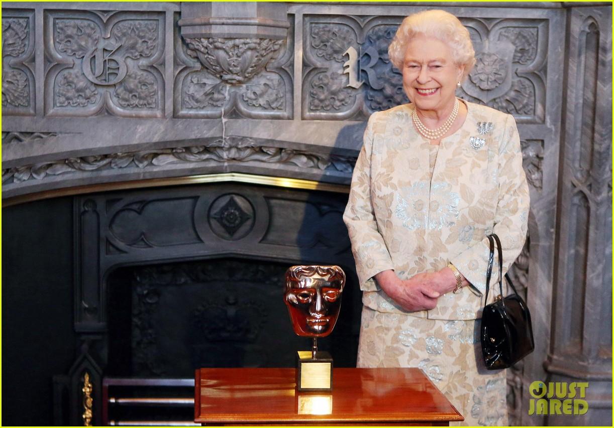 carey mulligan eddie redmayne meet queen at film reception 122843820