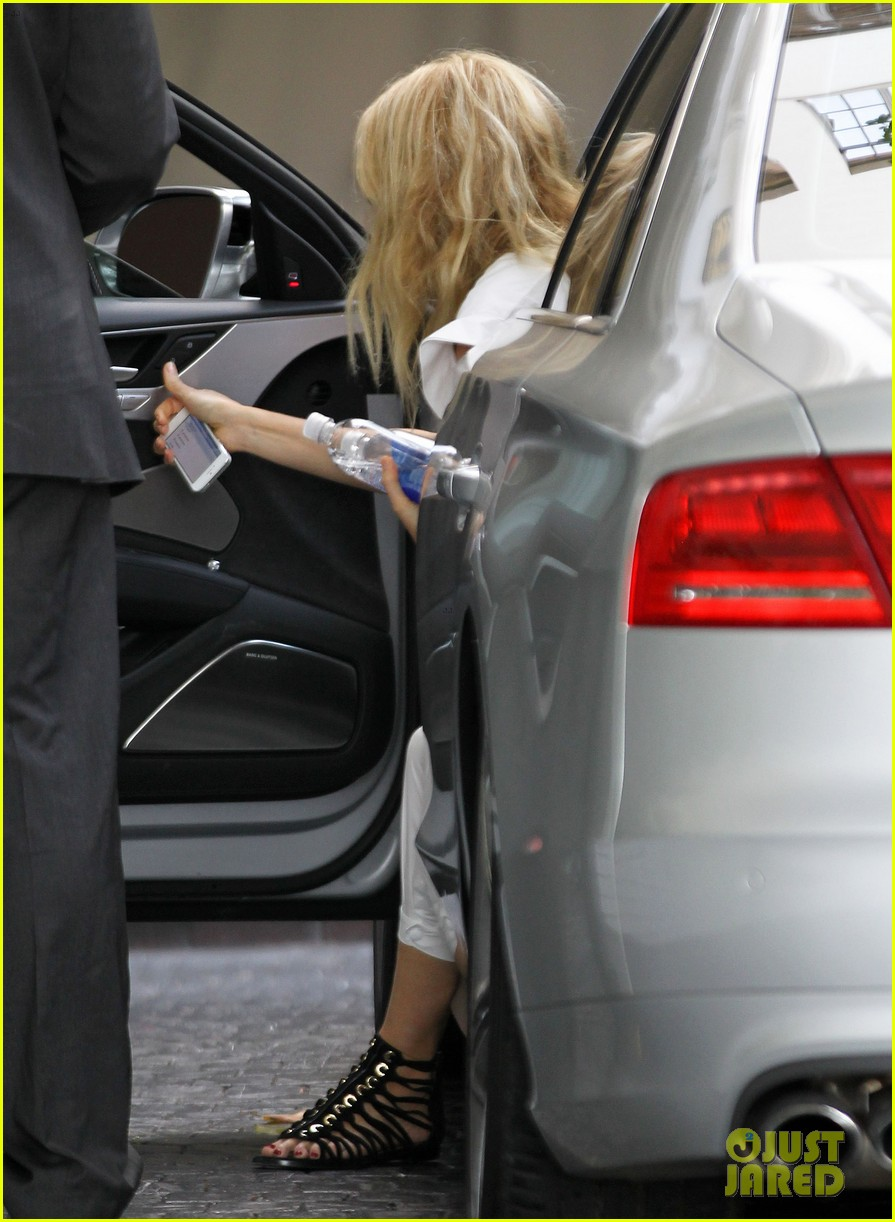gwyneth paltrow chateau=visit before book signing 062842839