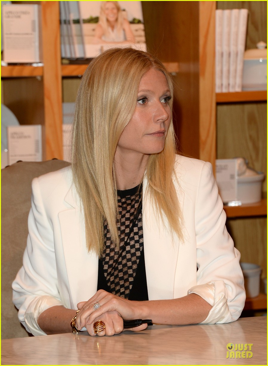 gwyneth paltrow my family came to book signing for the grove 112844104