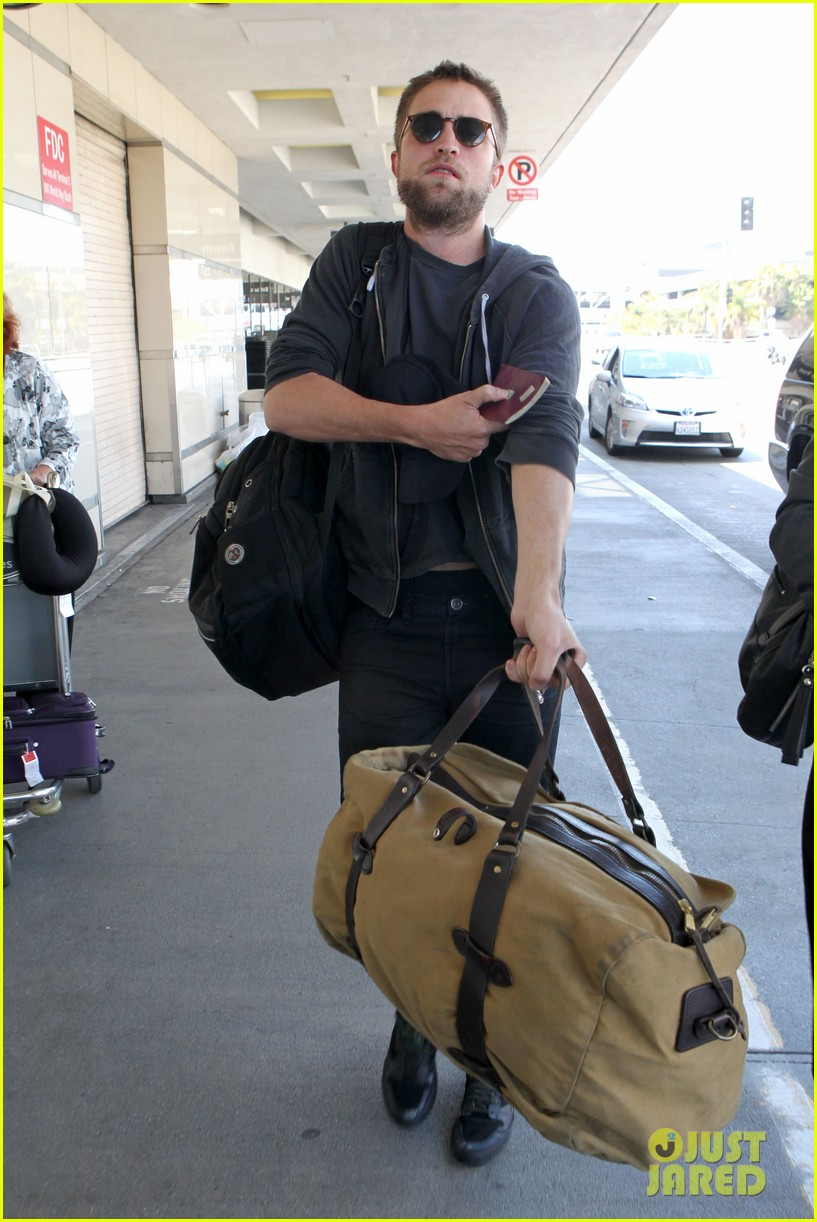 robert pattinson lots of luggage at lax 06