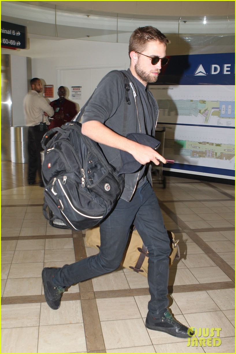 robert pattinson lots of luggage at lax 092855108