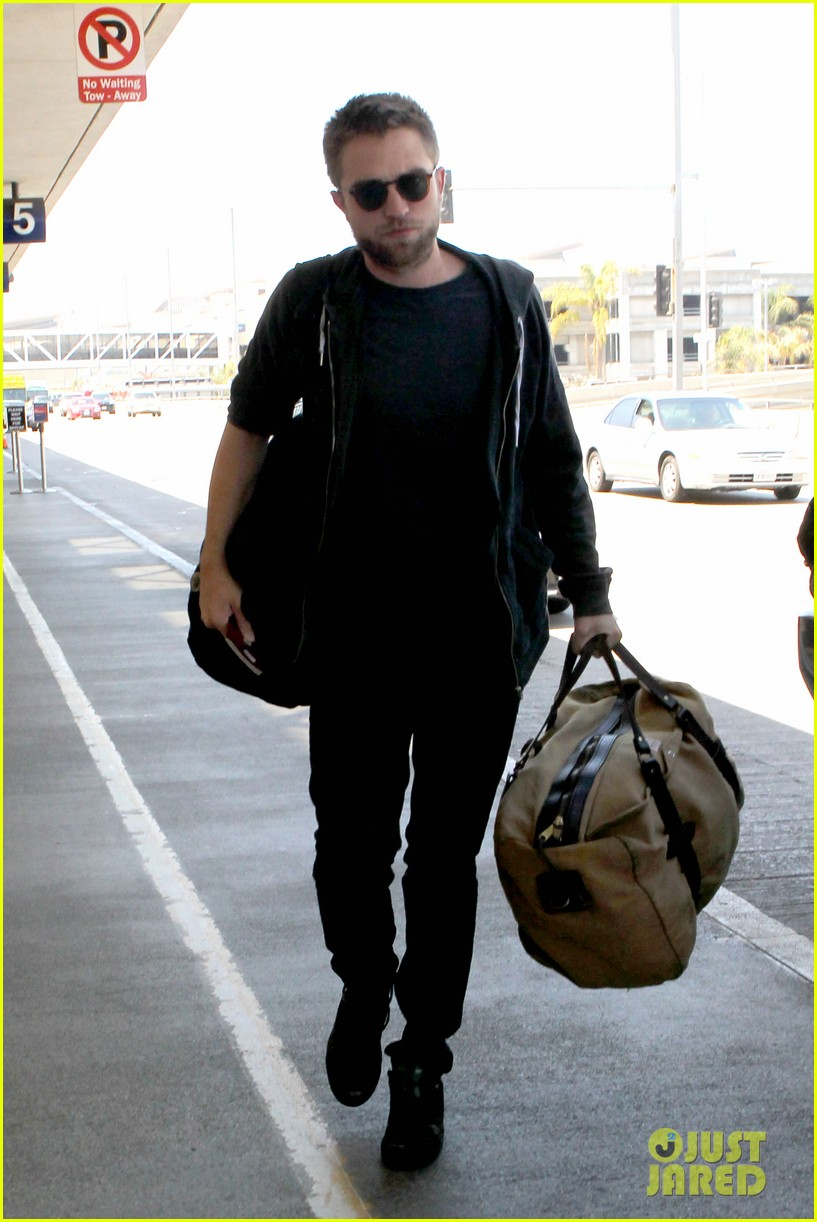 robert pattinson lots of luggage at lax 14