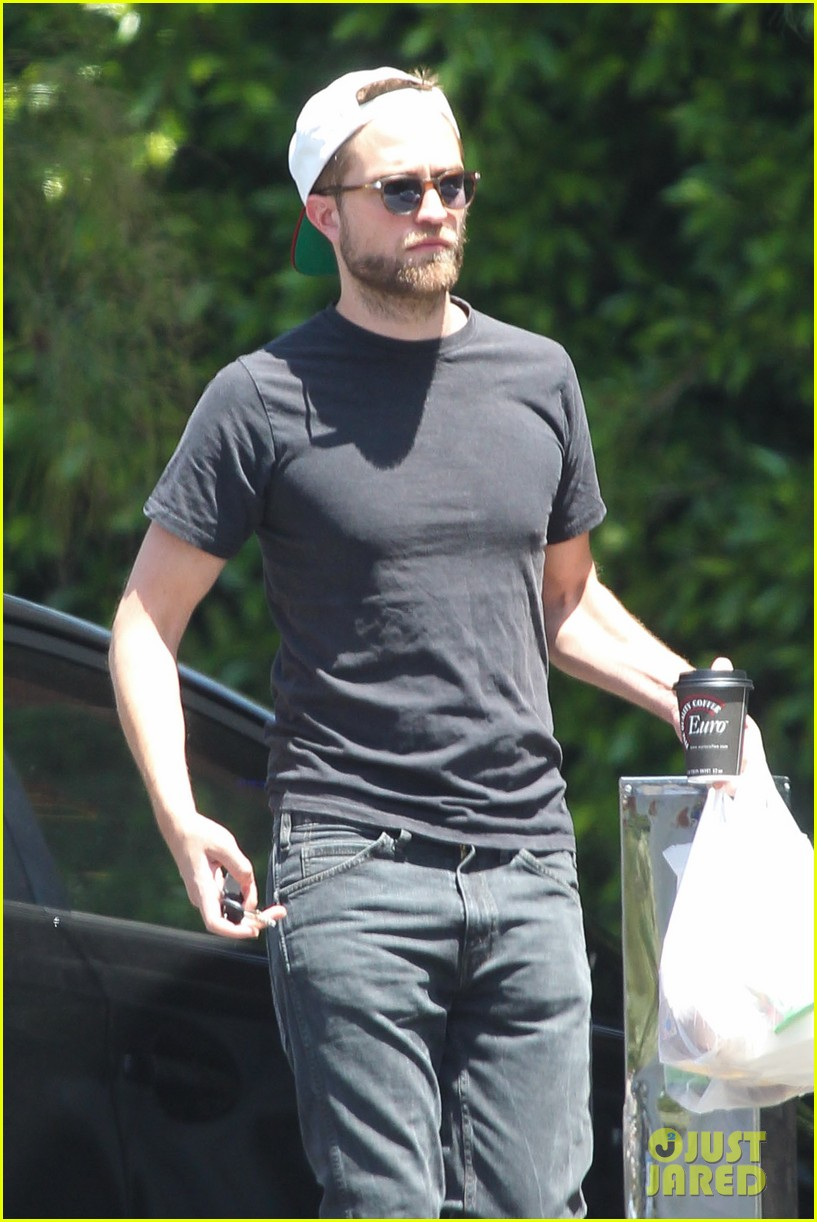 robert pattinson had good time filming rover says co star 022859989