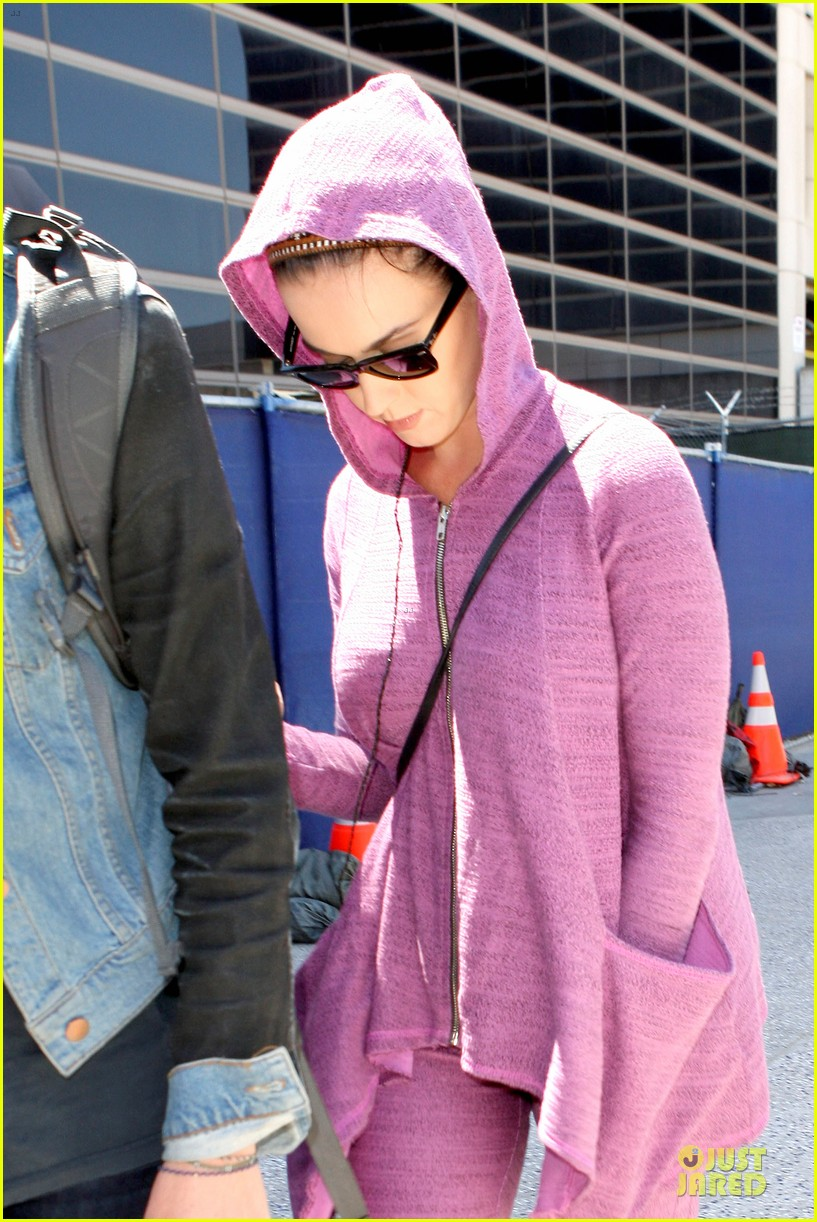 katy perry lax arrival after madagascar unicef trip 06