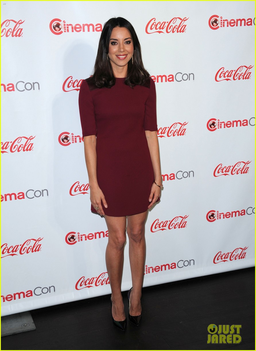 aubrey plaza wins cinemacon award after crashing mtv movie awards 012853173