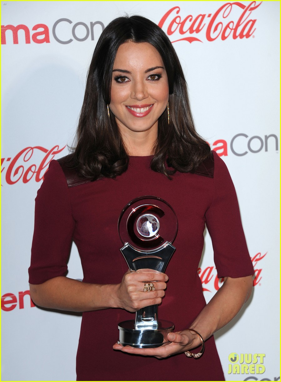 aubrey plaza wins cinemacon award after crashing mtv movie awards 022853174