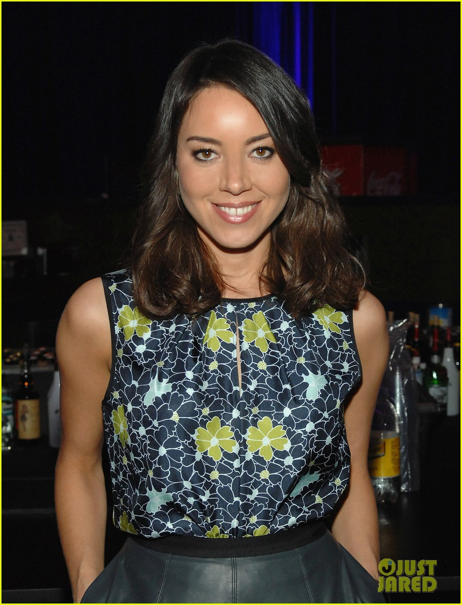 aubrey plaza wins cinemacon award after crashing mtv movie awards 062853178