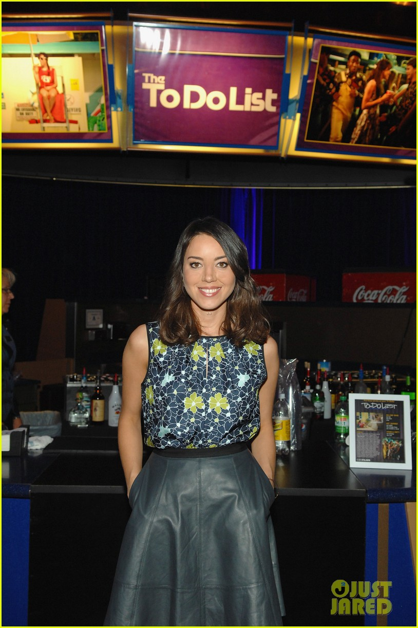 aubrey plaza wins cinemacon award after crashing mtv movie awards 08