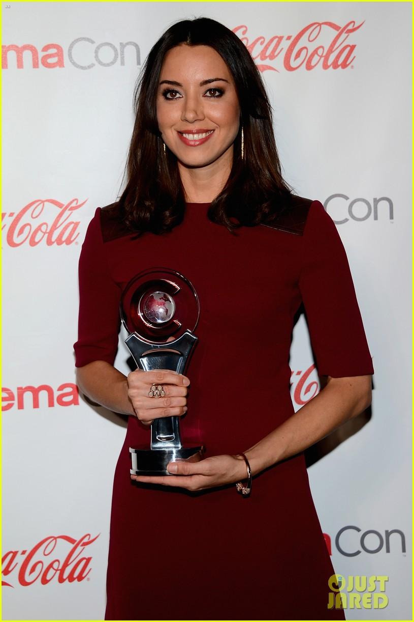 aubrey plaza wins cinemacon award after crashing mtv movie awards 112853183