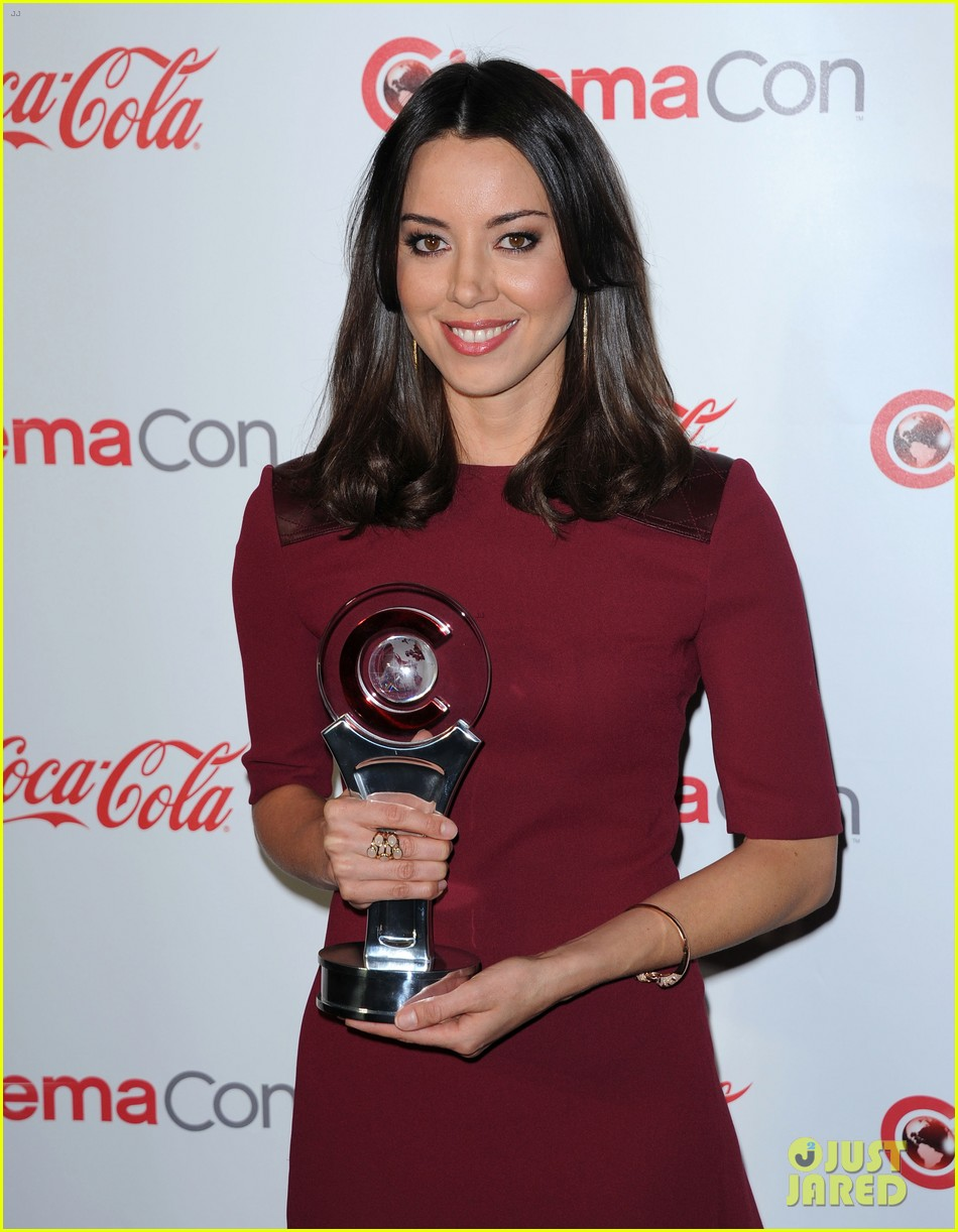 aubrey plaza wins cinemacon award after crashing mtv movie awards 232853195