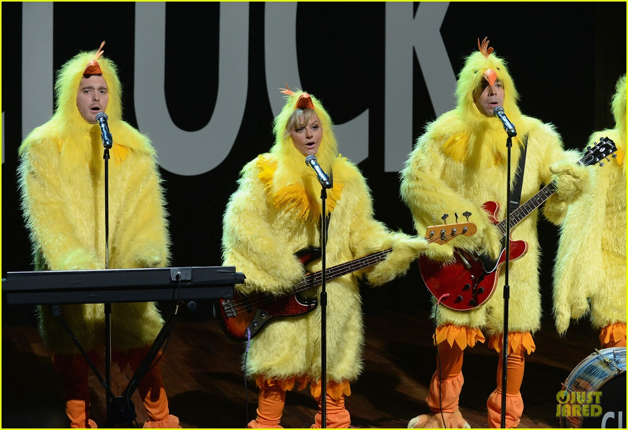 amy poehler michael buble chicken eers on fallon 082859084