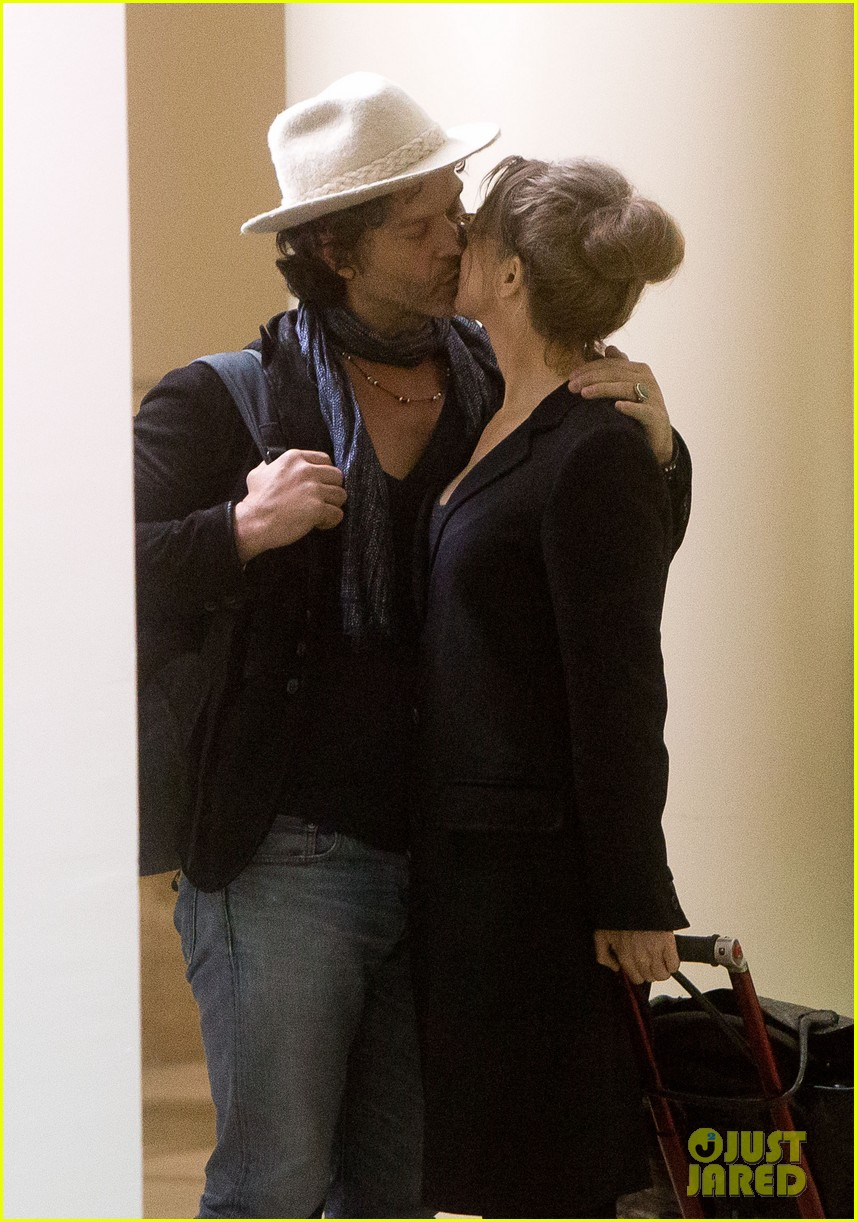 renee zellweger kiss kiss at lax 022851379