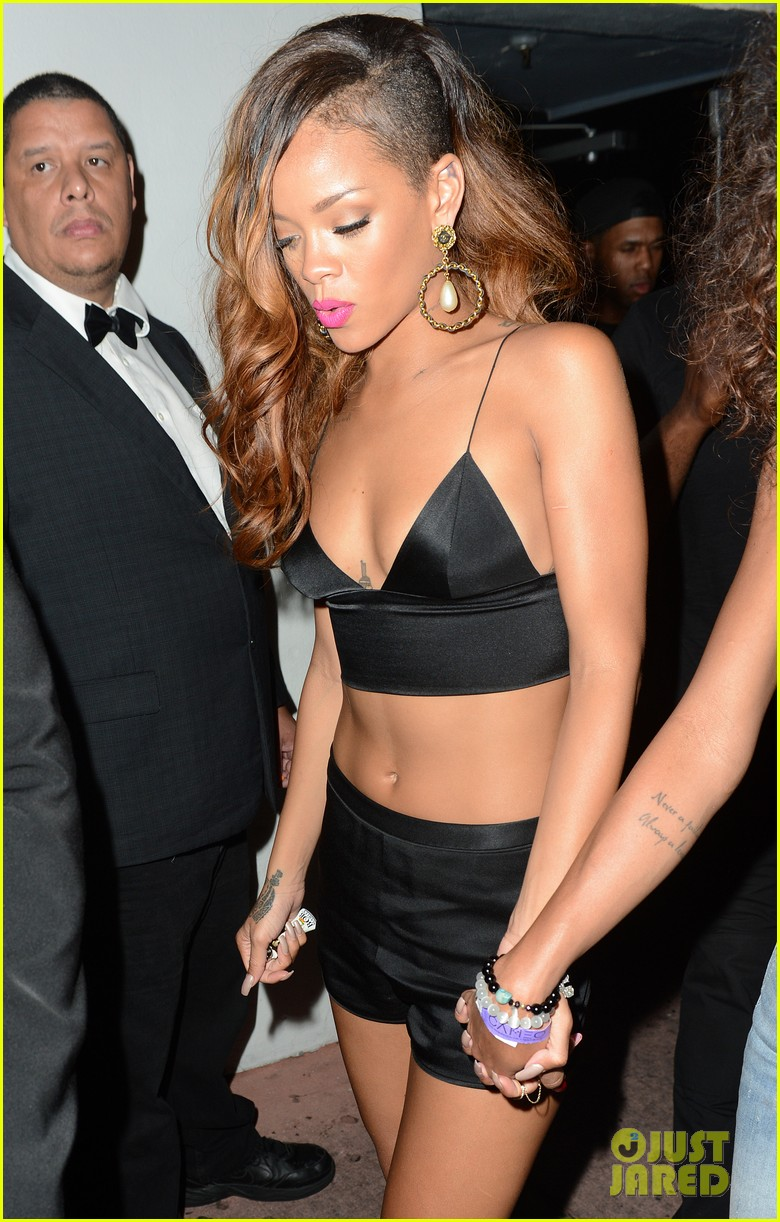rihanna toned tummy after diamonds concert stop 022855116