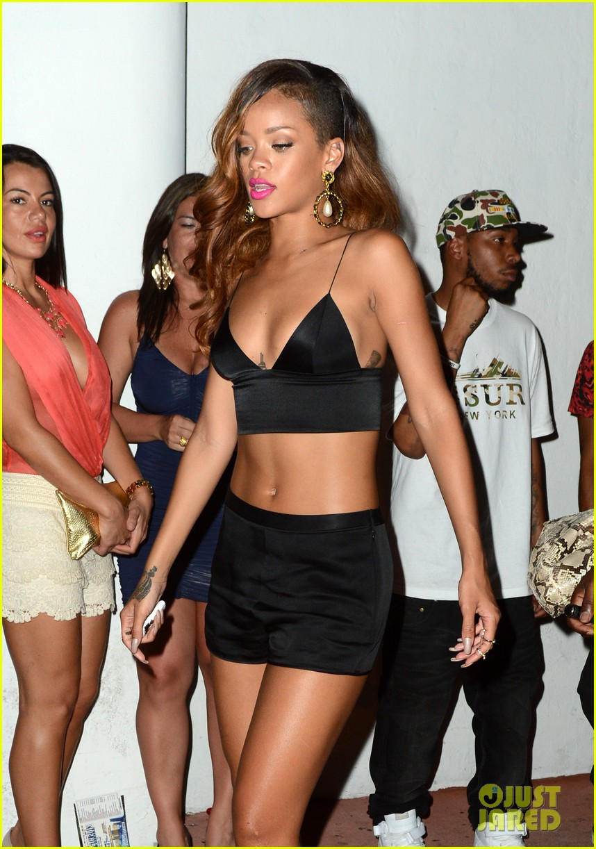 rihanna toned tummy after diamonds concert stop 042855118