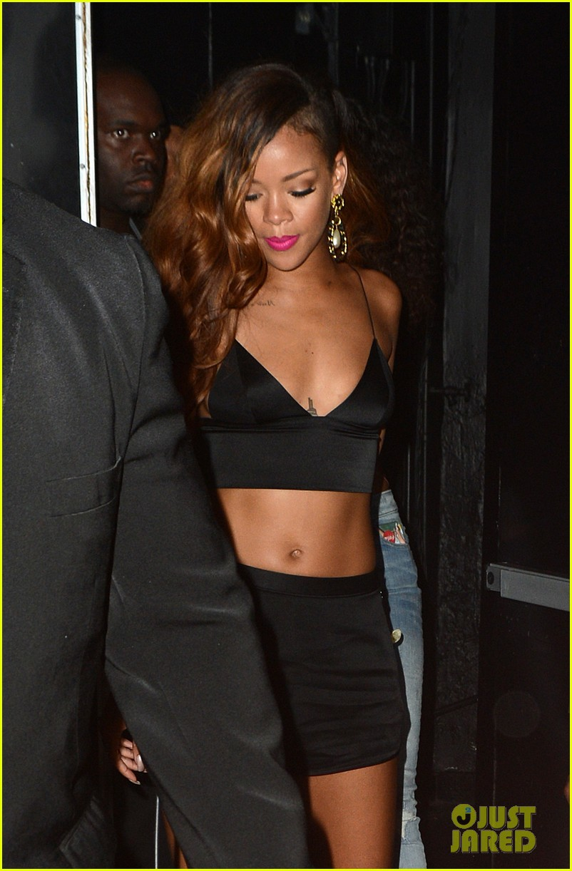 rihanna toned tummy after diamonds concert stop 072855121