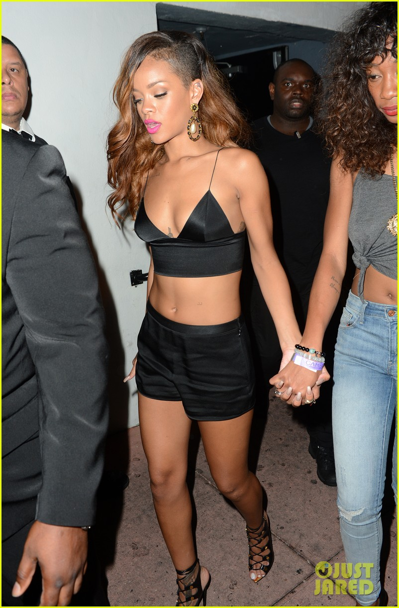 rihanna toned tummy after diamonds concert stop 112855125
