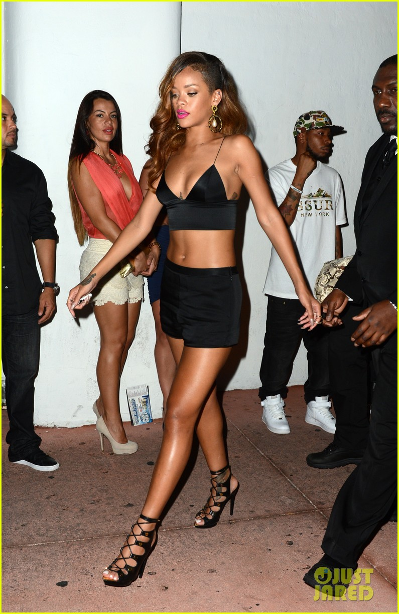 rihanna toned tummy after diamonds concert stop 18