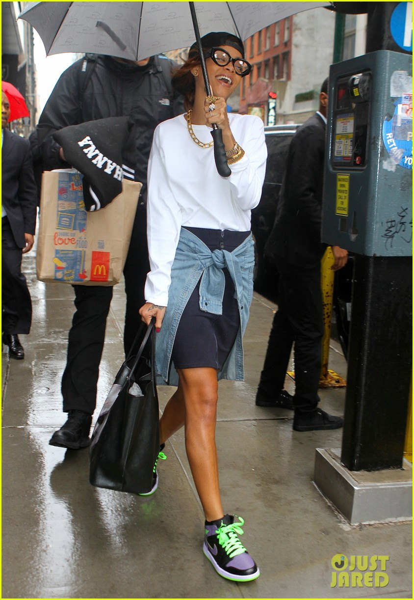rihanna to fans you can stand under my umbrella 01