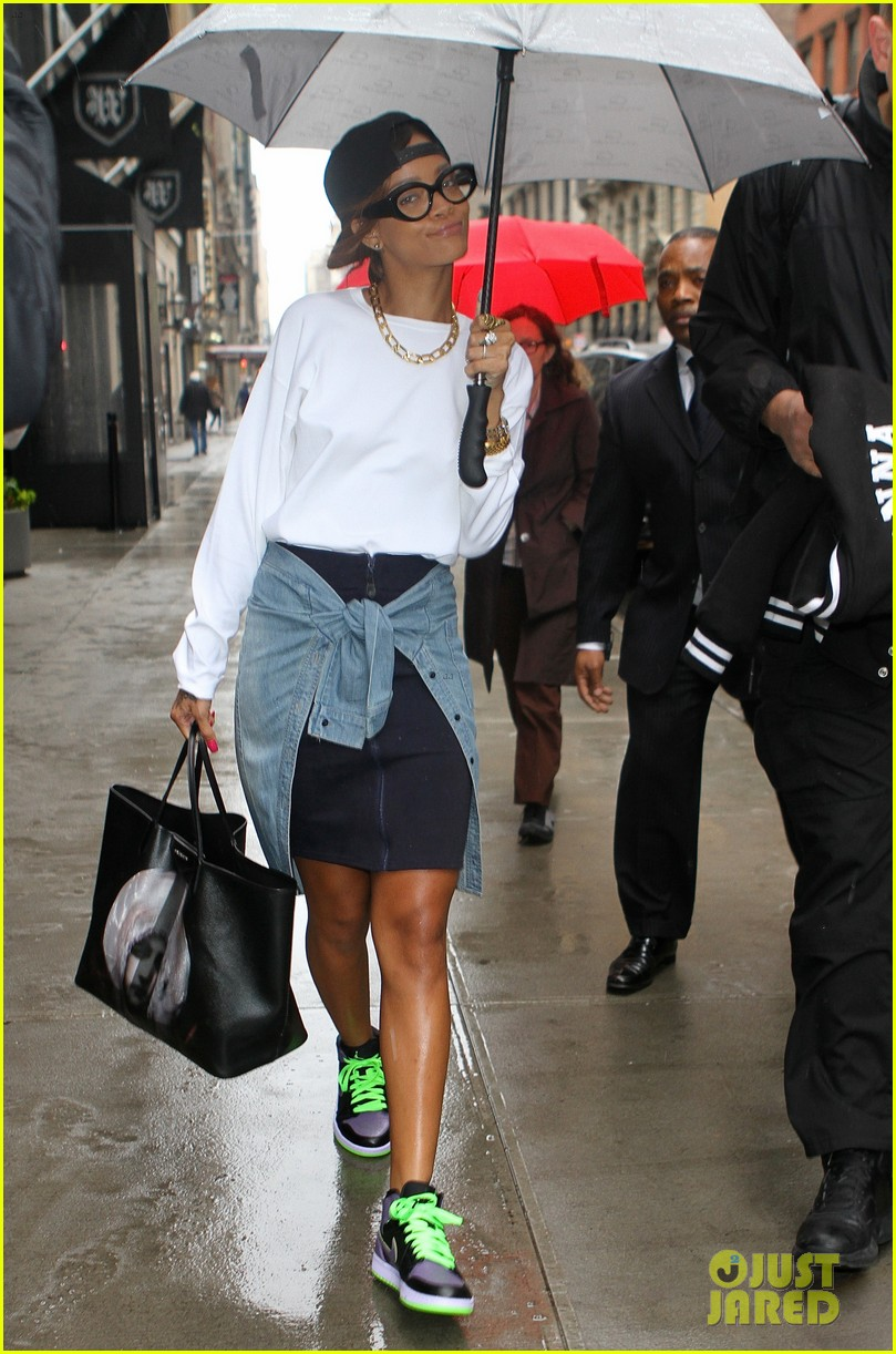 rihanna to fans you can stand under my umbrella 022860803