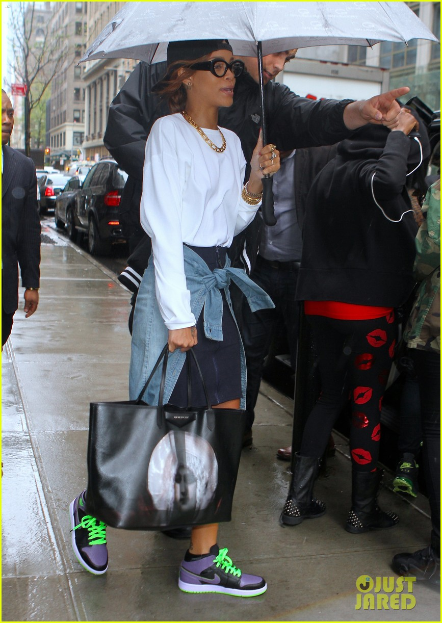 rihanna to fans you can stand under my umbrella 052860806