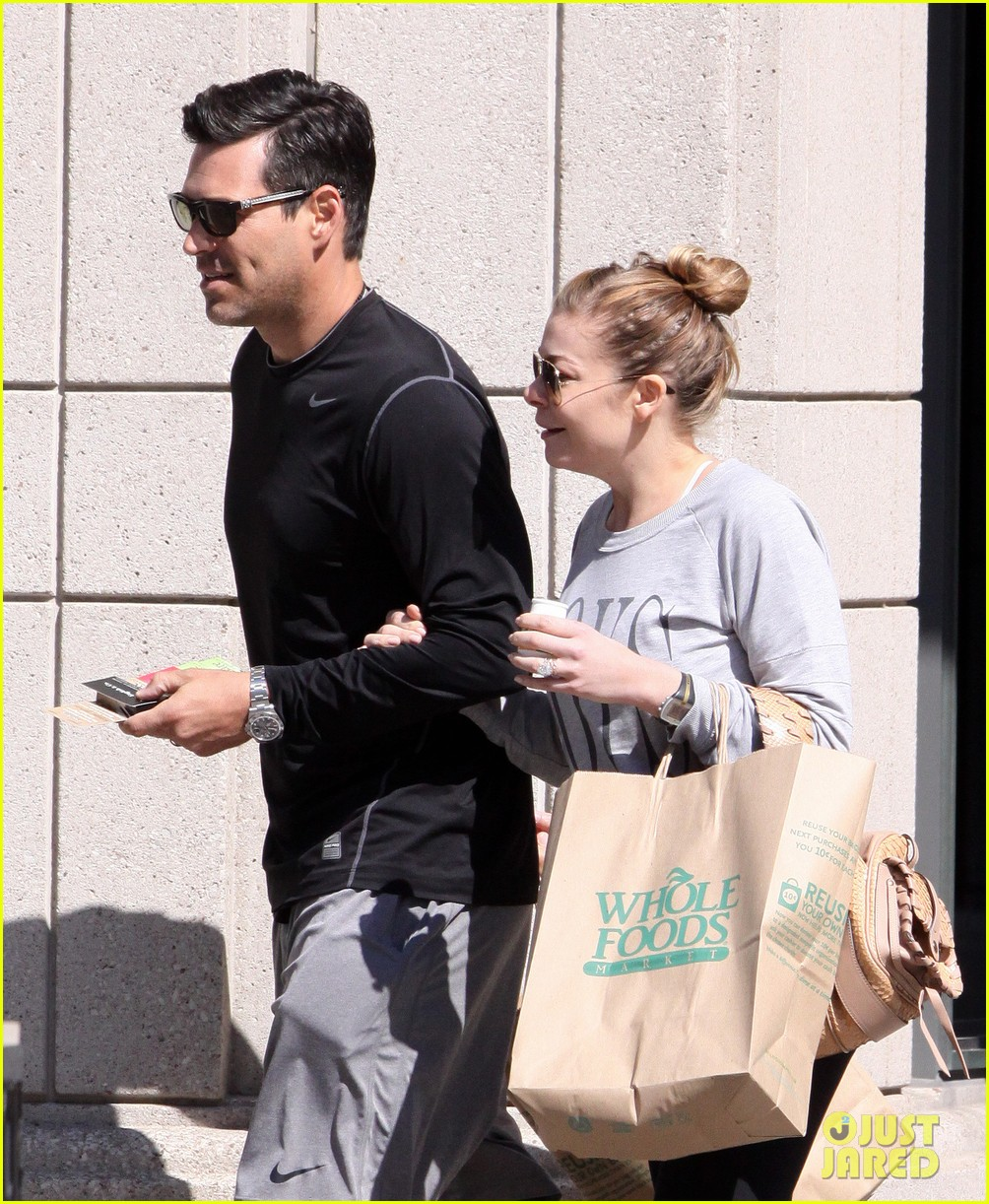 leann rimes eddie cibrian hold hands after shopping 04