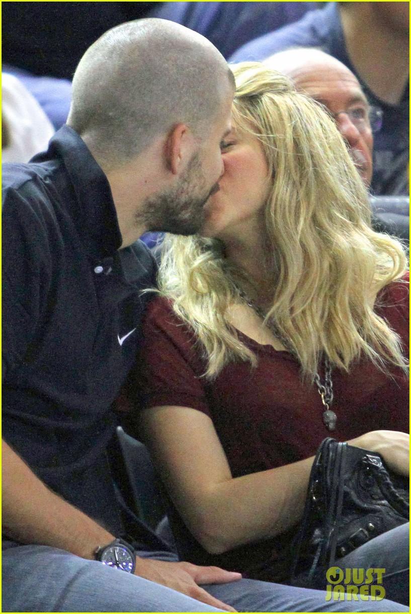 shakira gerard pique basketball kisses 07