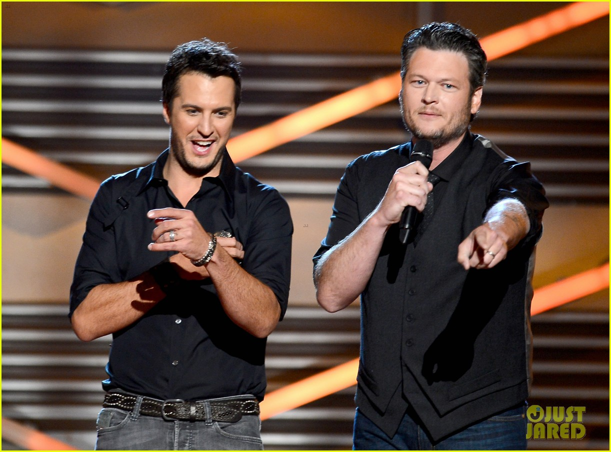 blake shelton luke bryan acm awards 2013 opening 04