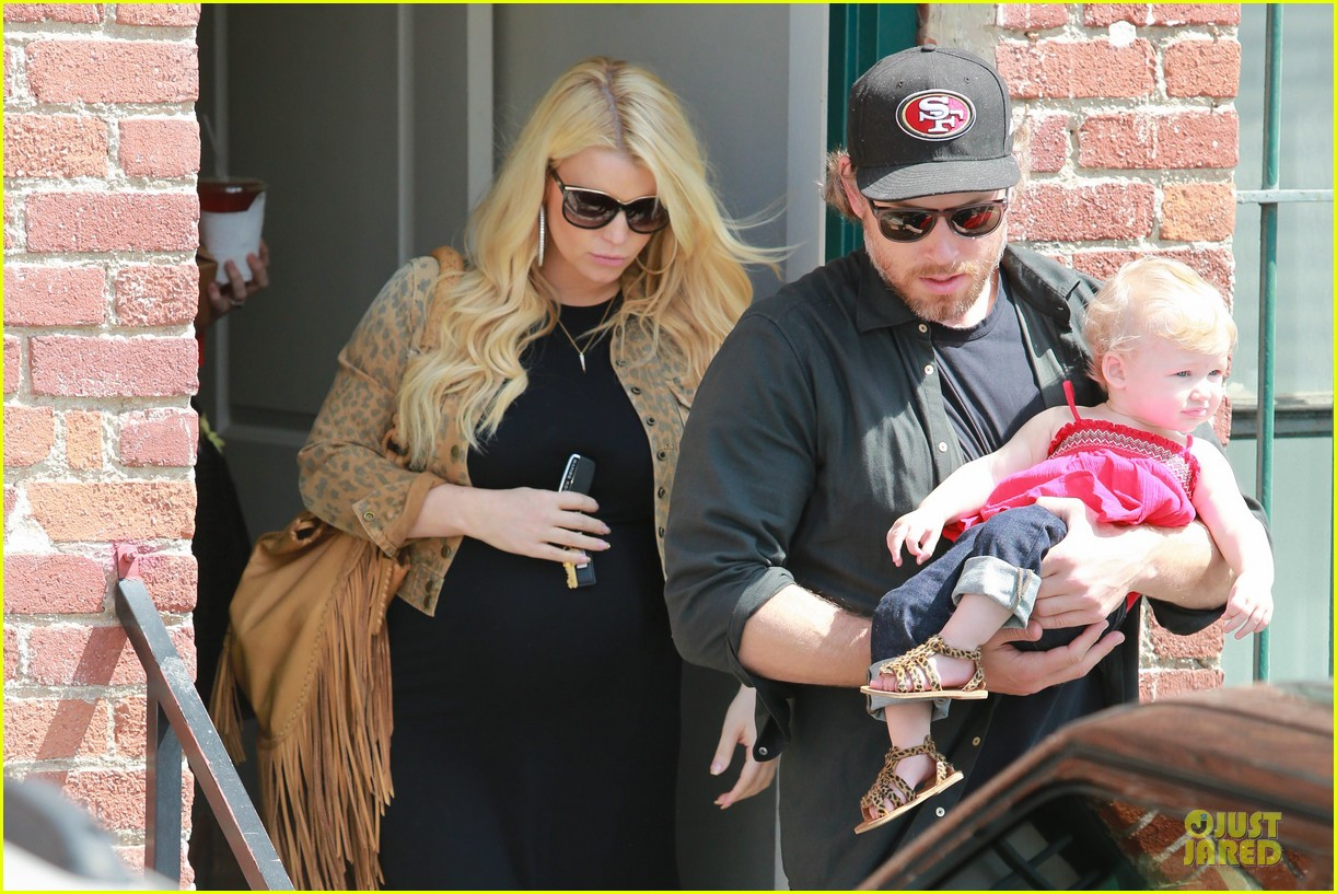 jessica simpson baby bumpin office stop with family 072844069
