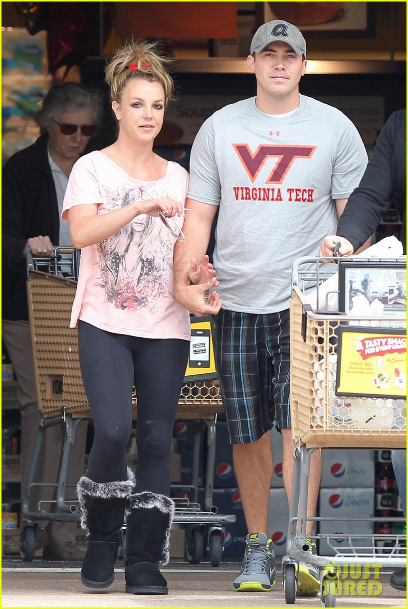 britney spears david lucado hold hands at vons 022843251