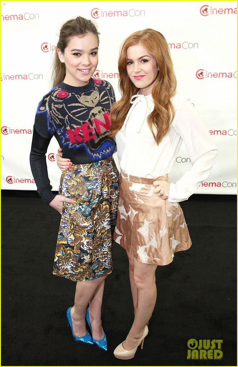 hailee steinfeld isla fisher cinemacon cuties 012853197