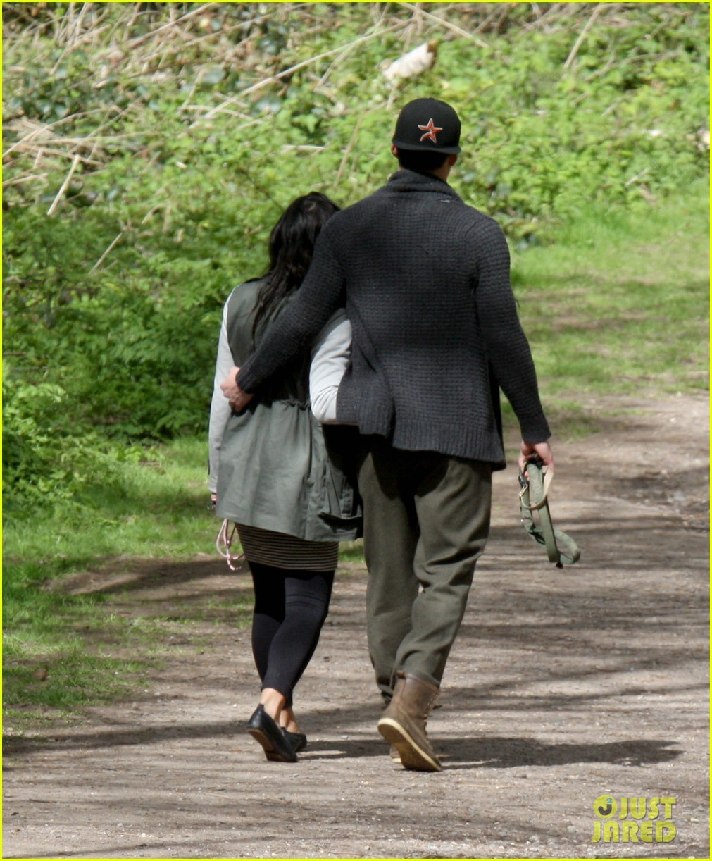 channing tatum pregnant jenna dewan london dog walk 03