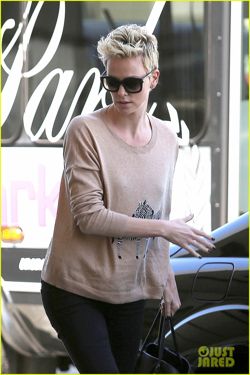 charlize theron zebra sweater at the airport 042852147