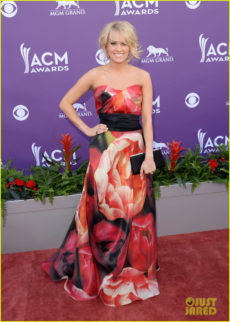carrie underwood acm awards 2013 red carpet 01