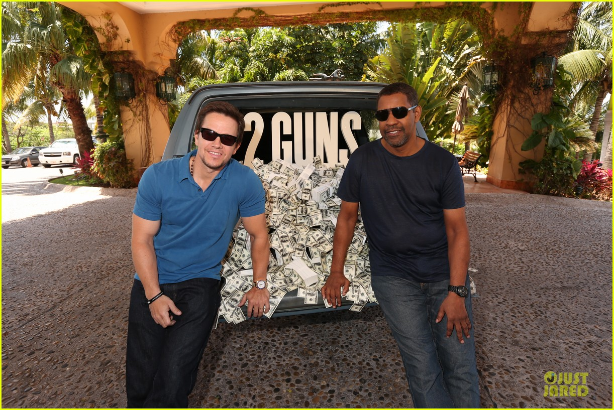mark wahlberg denzel washington 2 guns mexican photo call 01