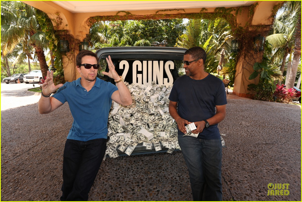 mark wahlberg denzel washington 2 guns mexican photo call 032854247