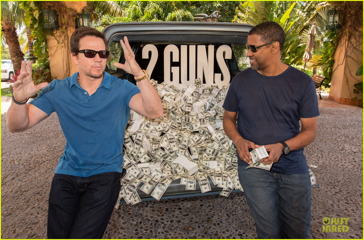 mark wahlberg denzel washington 2 guns mexican photo call 092854253