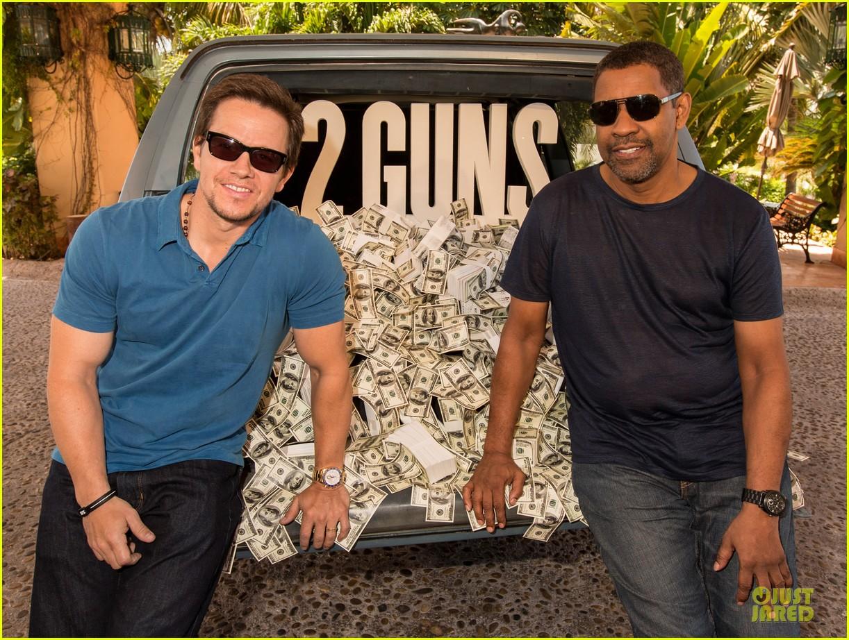 mark wahlberg denzel washington 2 guns mexican photo call 102854254