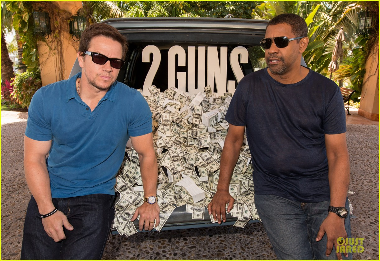 mark wahlberg denzel washington 2 guns mexican photo call 12