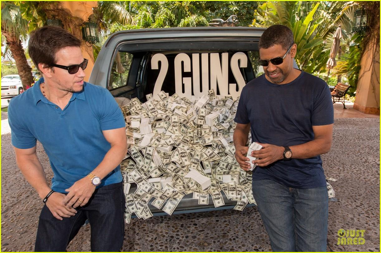 mark wahlberg denzel washington 2 guns mexican photo call 222854266